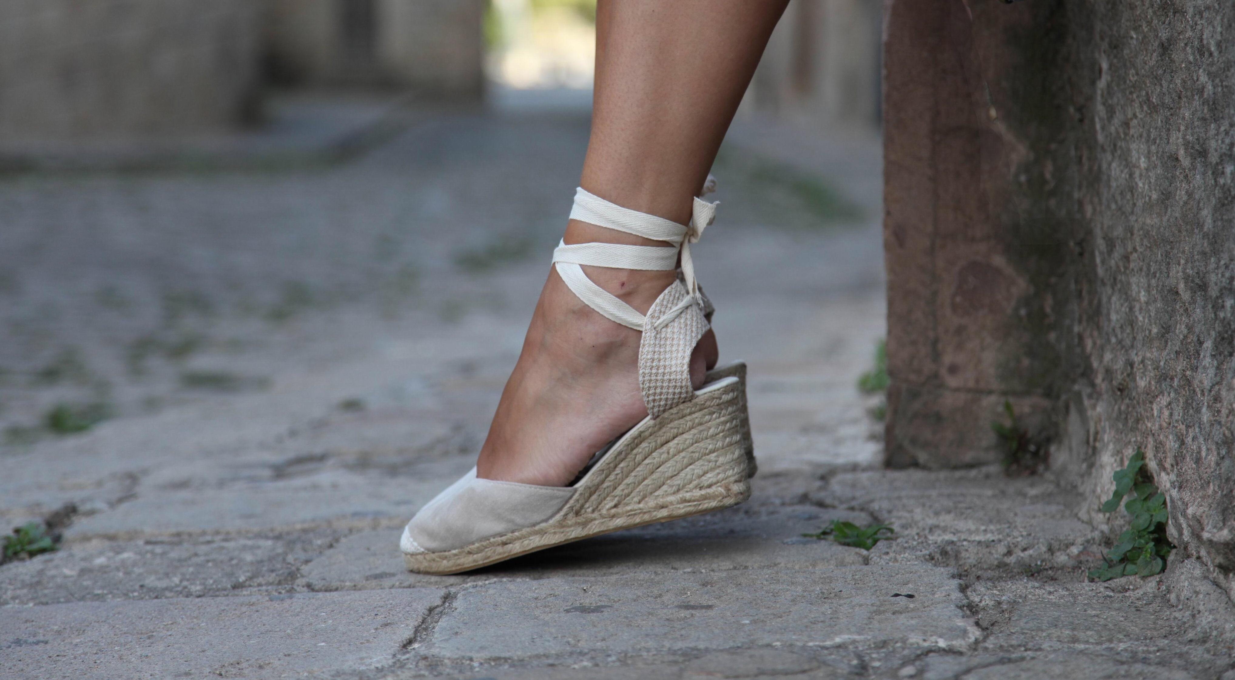 La alpargata o esparteña o espardeña es un tipo de calzado de hilado de fibras naturales como el, algodón, pieles de animal o lona con suela de esparto,